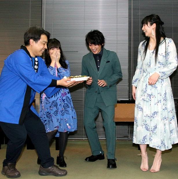 2月14日に28歳の誕生日を迎える佐藤永典に、誕生日ケーキならぬ誕生日お好み焼きが用意された