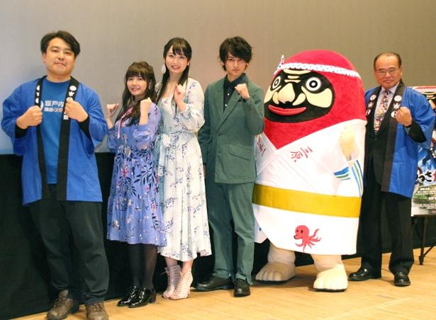 舞台あいさつに登壇した大森研一監督、竹達彩奈、須藤茉麻、佐藤永典、やっさだるマン、三原市・天満祥典市長(写真左から)