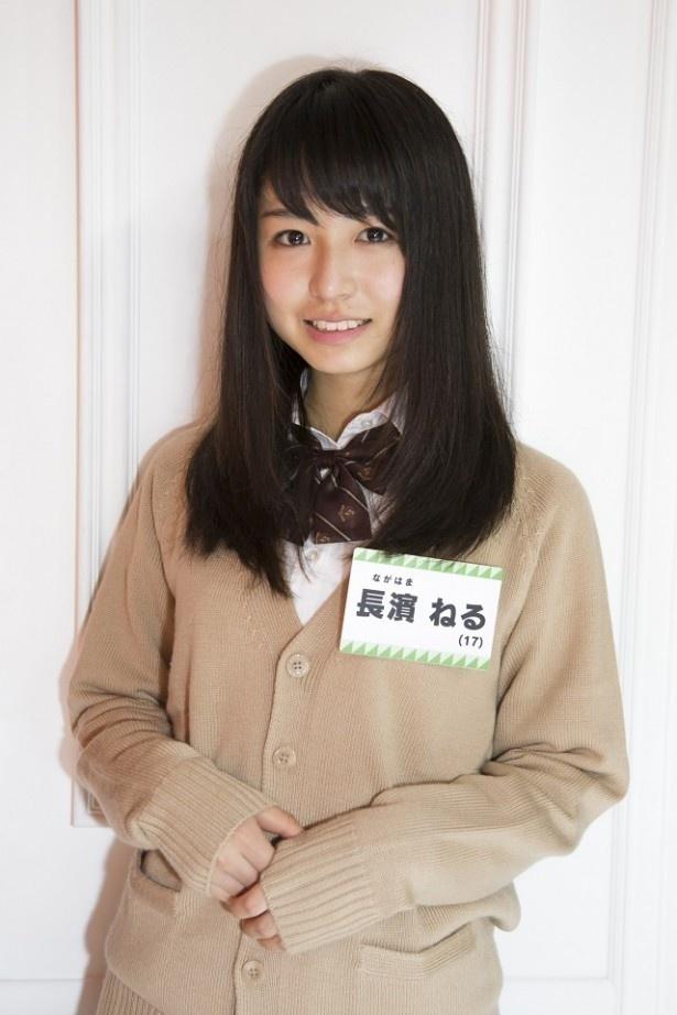 【写真を見る】毎朝、父親から長崎新聞の占いが送られてくるという欅坂46の長濱ねる