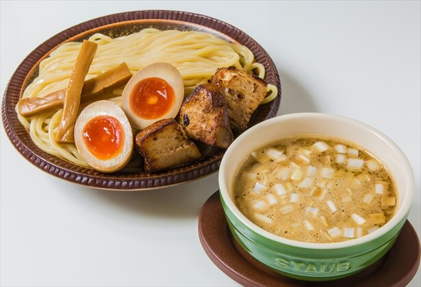 自家製麺 工藤の「濃厚煮干しつけ麺」(写真は味玉トッピング)。器はstaub製
