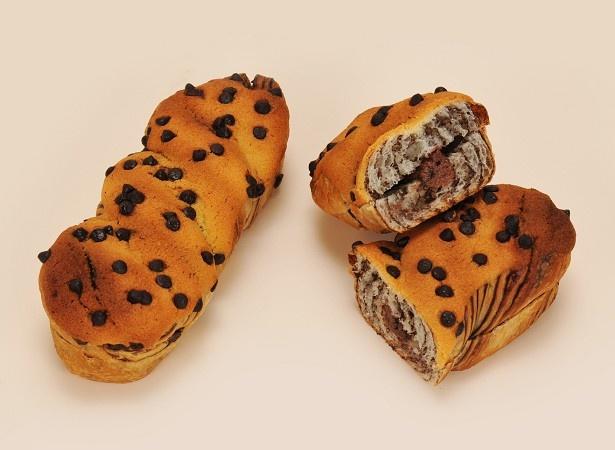 「ショコラパン」(128円)は、サクサクとした食感が楽しめるクランチ入りのチョコクリームをサンドしたデニッシュパン
