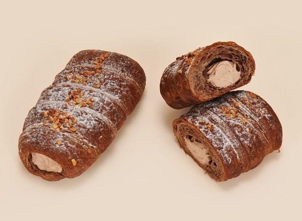 【写真を見る】チョコ風味のデニッシュ生地に、口どけの良いチョコホイップクリームを絞った「ショコラホイップデニッシュ」(138円)