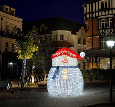 約2万1000球のLEDが飾られた、高さ約3.3mのスノーマンが登場!
