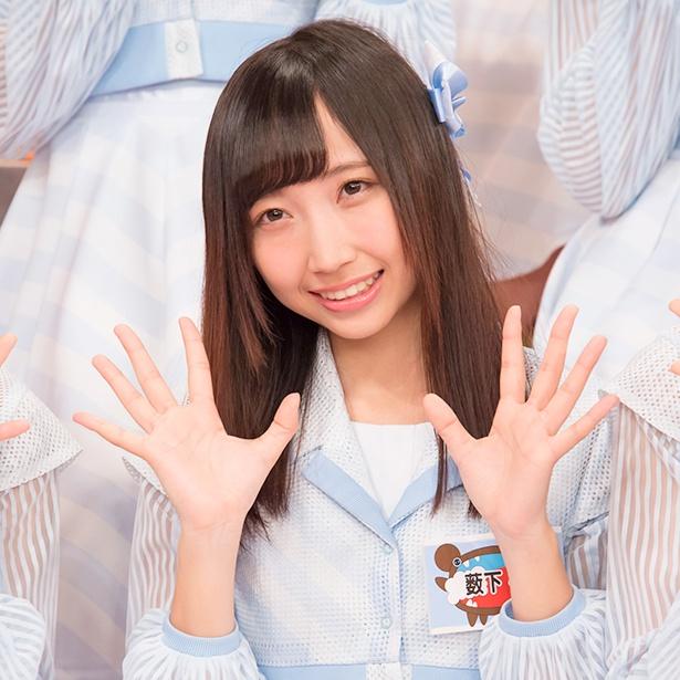 【写真を見る】もみじ饅頭を食べる瀧野由美子を撮影した薮下楓