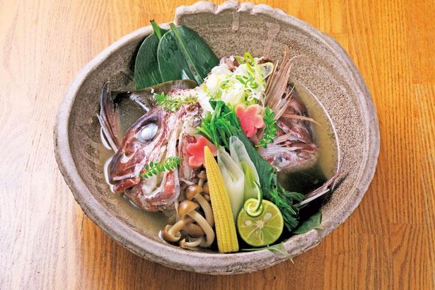 【画像を見る】「鯛のすだち蒸し」(756円)。鯛の旨味が詰まった上品な味わいは日本酒とよく合う