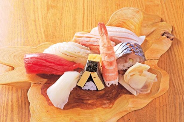 「並にぎり」(972円)。皿にのるのは常時8〜10貫。鯛を炙るなど細かな仕事も光る