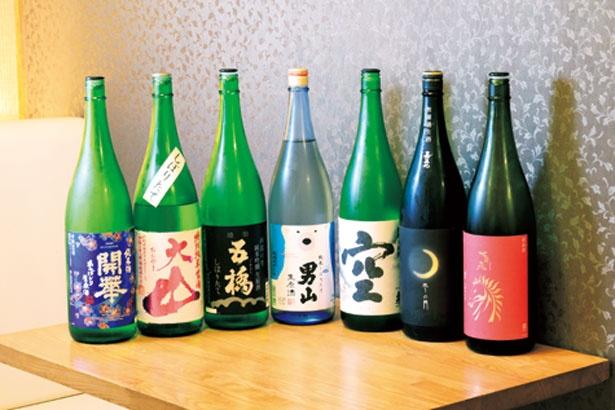 寿司に合う飲みやすい酒がそろう。大将の出身地の広島の日本酒が置いてあるのもうれしい