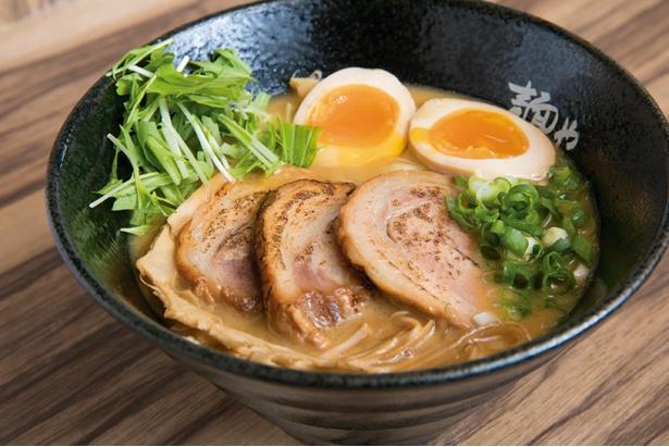 「炙り豚らーめん」(900円)。コッテリなスープと、しなやかで歯切れのよい麺がよく合う。炙りチャーシューは香ばしくてトロトロ