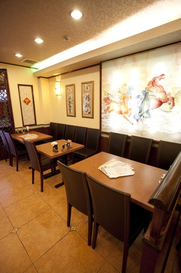 ゆったりした空間で落ち着いて食事ができる。2階席は宴会にも