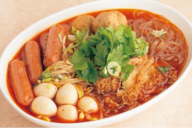 【写真を見る】「中国式おでん」(1,404円)。鶏ダシに山椒や唐辛子などを加えた春雨スープでじっくり煮込む