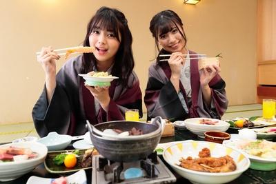 「夕食も超豪華だよ!」(るかてぃん)。「どれから食べようか、迷ちゃう〜」(ゆき)