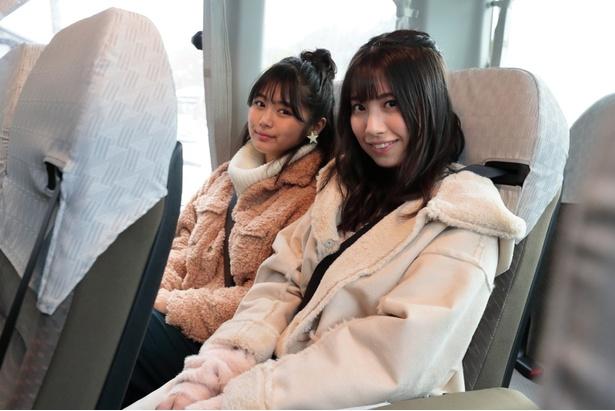 「南木曽観光バスに乗って出発!」(るかてぃん)。「窓に広がる景色も満喫しよう!」(ゆき)