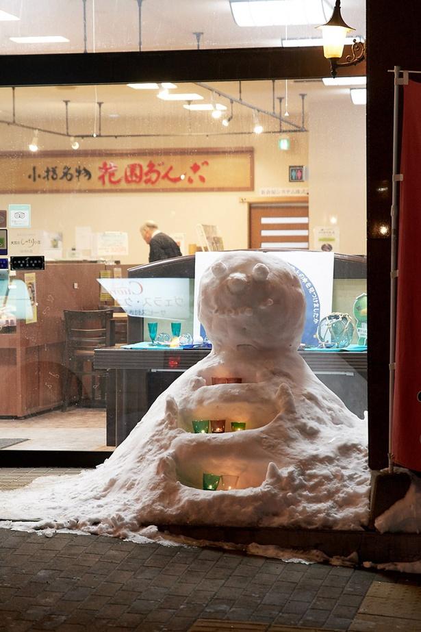 お店の前にはかわいらしい雪像も!