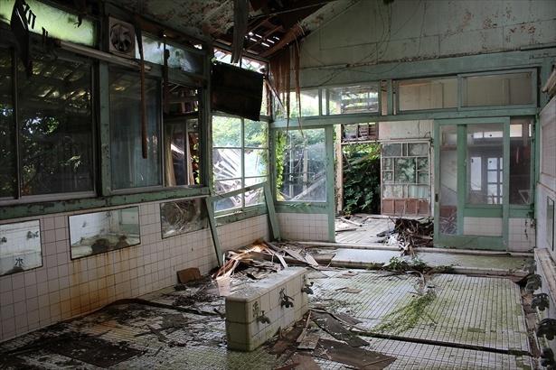 【写真を見る】廃墟になる前の姿を想像しながら観るのも楽しい!