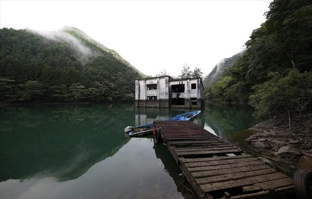 沼に浮かぶ白い廃墟