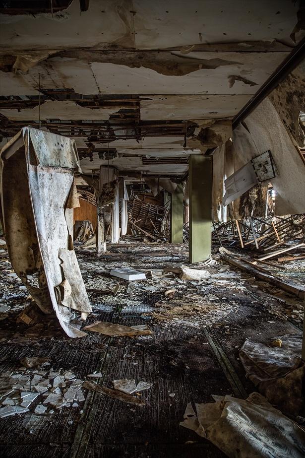 壁も天井もぼろぼろに破壊された空間