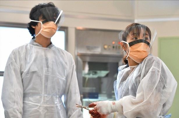 【写真】解剖用マスクで隠された中堂(井浦新)の顔。前髪から見えるわずかな眼差しにときめく視聴者が多数