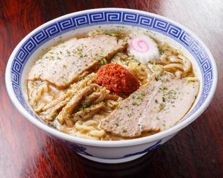 【写真を見る】「からみそラーメン」(830円)は、中央にのるオリジナルの辛味噌を溶かしながら食べると味の変化が楽しめる
