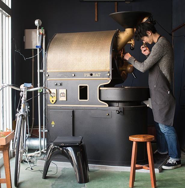 「COFFEE COUNTY」では、1965年製のヴィンテージのプロバットを導入。オーナーは、2014年の焙煎大会で日本2位に輝いた森 崇顕さん