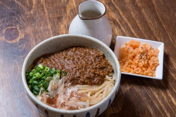 オープン当初から圧倒的な人気を誇る「元祖キーマカレーうどん」(720円)。ひき肉たっぷりのキーマカレーは、辛さ控えめで誰でも食べやすい