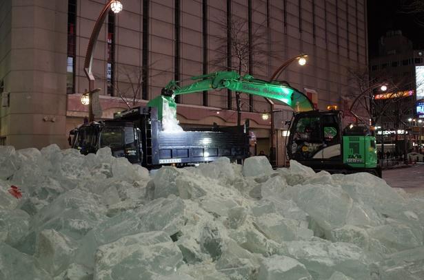 氷の塊をトラックで運び出していきました
