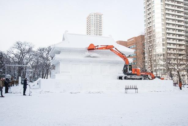 大きな雪像が少しずつ崩されていきます