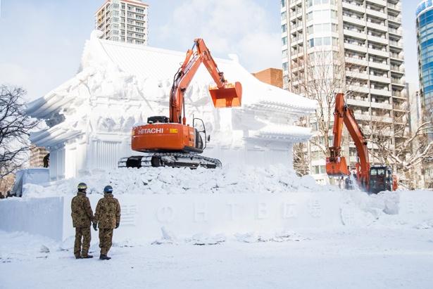 大雪像が徐々に解体されていきます