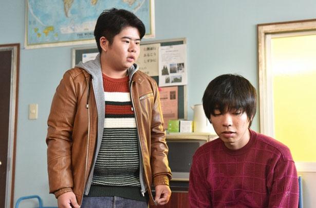 部室で話すコウキ(前田航基)とジュン(吉田)(写真左から)
