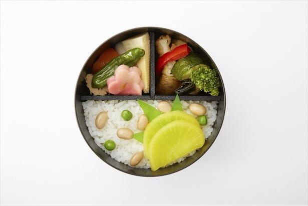 「春琴」のお弁当には黒い容器と、清廉と豊穣の象徴青豆と大豆を用いている