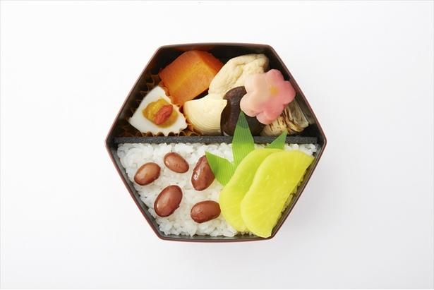 「玉蓮」のお弁当には赤色の容器と鮮やかさと艶感のあるあかささげ