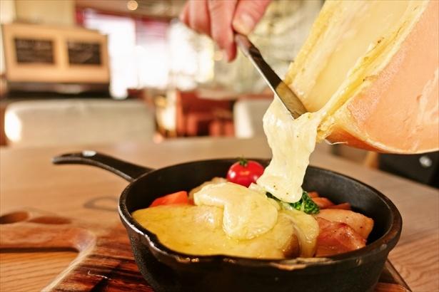「その場でとろけるラクレットチーズ」(1274円)。チーズを目の前で具材にかけるインスタ映え間違いなしの一品。