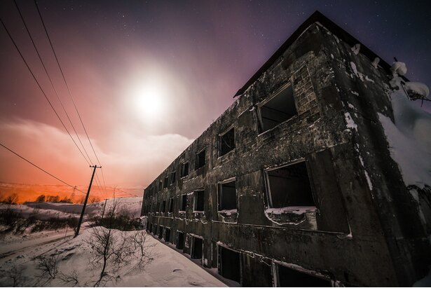 神秘的な夕焼けと廃墟