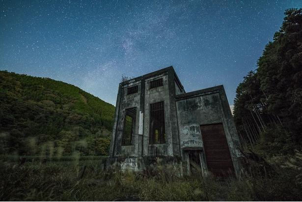 【写真を見る】満天の星空と廃墟