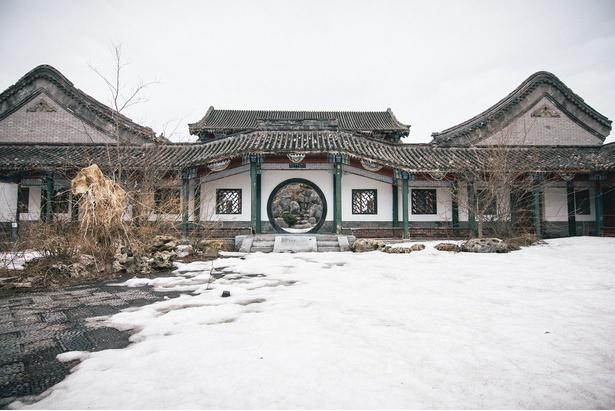 雪の中で幻想的な廃墟