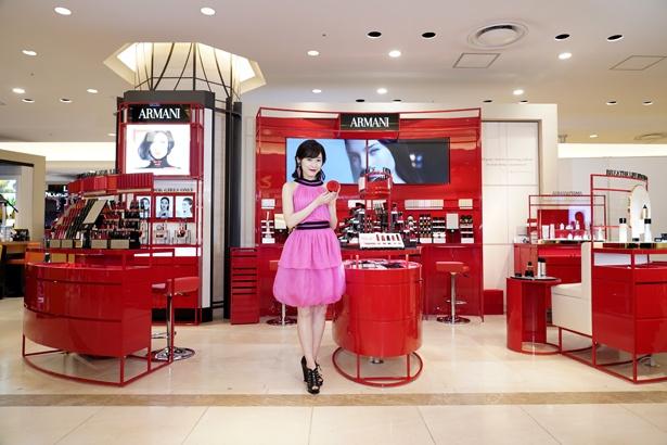 【写真を見る】渡辺麻友はピンクのワンピースに、赤いリップをつけて登場