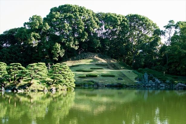 庭園内の最も大きな築山である富士山