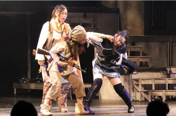 女優としてキャリアを積む持田が演じたのは粗暴で反抗的な十六号(右)。愛くるしい持田の素顔を知っているとギャップが面白くなるキャスティングだった