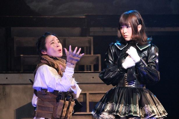 レジスタンスでツボだったのは、野村真由美が演じたガーベラ(左)。ダサイ喋りや仕草は観客から笑いを誘っていた