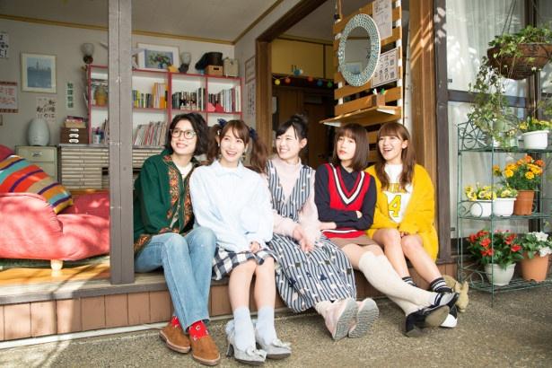 「声ガール!」は、声優を目指す5人の女の子が互いに助け合い、競い合う青春群像劇