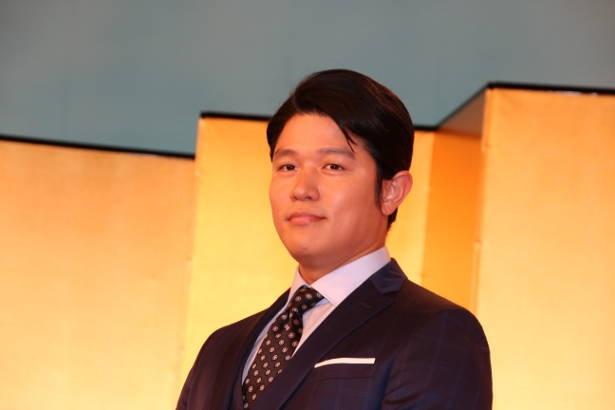 【写真を見る】新たな出演者を迎え、さらに大所帯となった「チーム・西郷どん」を率いる座長・鈴木亮平