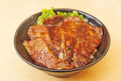 炭火焼肉丼特選神戸牛1290円。大きくカットしたA5ランクの神戸牛は驚くほど肉厚でジューシー。牛肉は甘めな味噌ベースの自家製ダレで味付けされ、ご飯と相性抜群