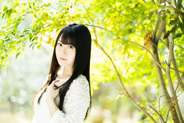 小倉唯が8thシングル「白く咲く花」リリースに向けて、MVやジャケット写真、最新アーティスト写真を公開した