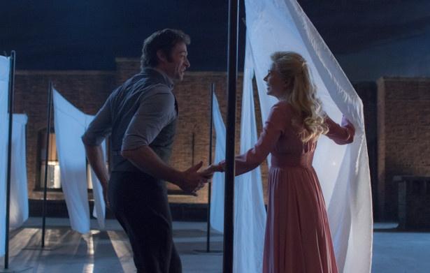 【写真を見る】ミシェル・ウィリアムズ演じる妻とたわむれるシーンが実にロマンティック