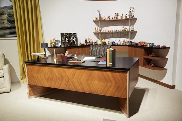 映画「ウォルト・ディズニーの約束」で細部まで再現されたウォルトの仕事部屋は展覧会の大きな見どころ。背後の棚にはたくさんのキャラクターグッズ