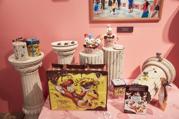 35周年のチョコレートクランチ特別店舗で発売される限定グッズ。ドナルドファミリーととろけるチョコのモチーフにワクワク♪