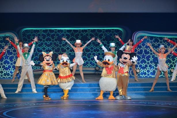 東京ディズニーシー15周年の衣装から、東京ディズニーリゾート30周年「ザ・ハピネス・イヤー」の衣装に着替えて登場したミッキーたち