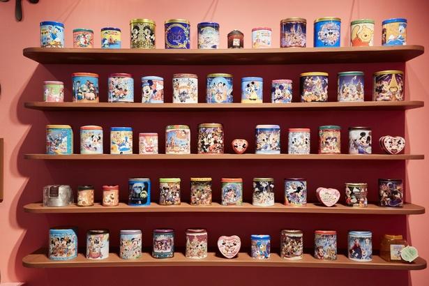歴代のチョコレートクランチ缶が並んだ展示は壮観