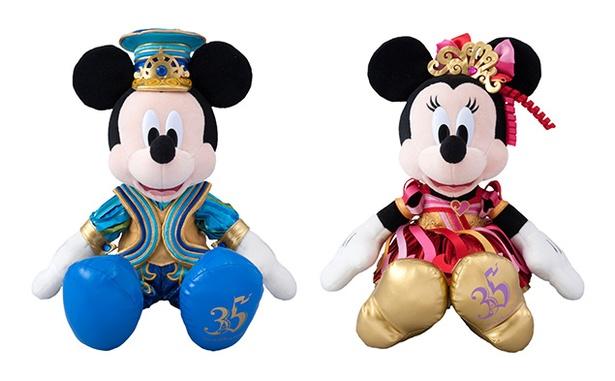華やかで色とりどりのコスチュームを着ているのは35周年ならでは!ミッキーマウス、ミニーマウスの「ぬいぐるみ」(各5000円)