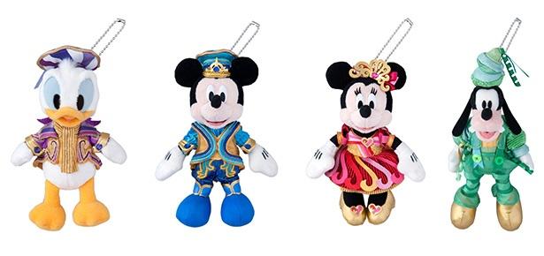 ミッキーマウス、ミニーマウスに加わってドナルドダック、グーフィーも35周年のコスチュームに身を包んだ「ぬいぐるみバッジ」(各1900円)