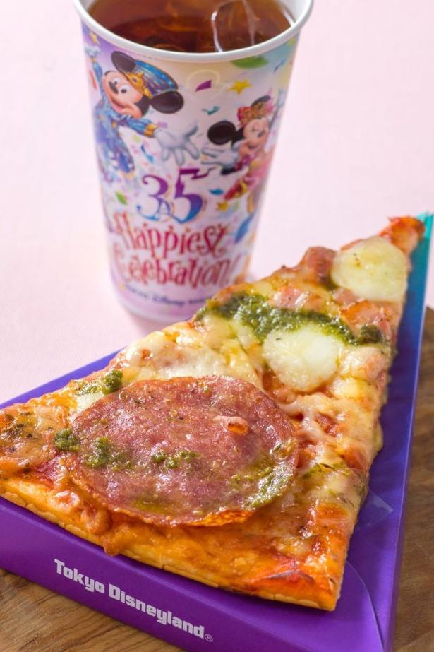 ヨーロッパのイタリアをテーマにした、パンチェッタとサラミを使用したピザ